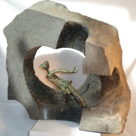 La caida, 2012 / 45 x 42 cm / Bronce y Basalto / Ana Luisa Benítez y Manuel Cyphelly