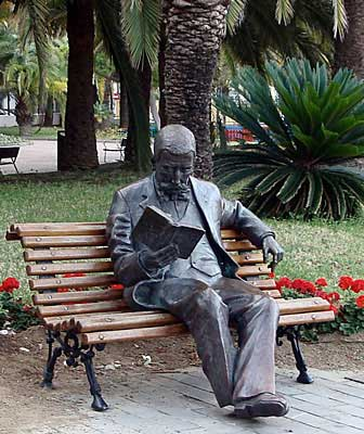 Las Palmas de Gran Canaria, Shamman. Don Benito Pérez Galdós, 2003 / Bronce, Tamaño natural