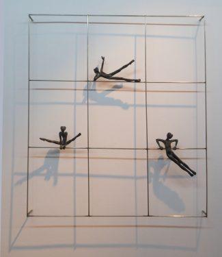 Acróbatas IX, 2016 _ Estructura de acero, figuras de bronce 17, 16 y 9 cm