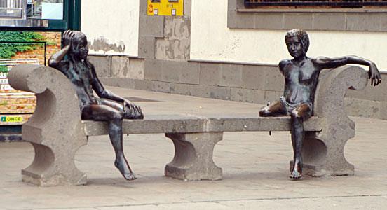 Santa Brígida. Niños sentados, 1998 / Bronce, Tamaño natural