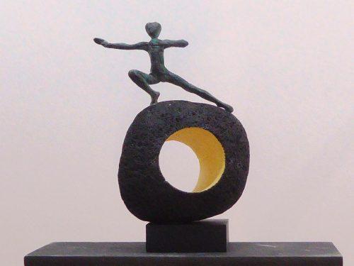 Acróbatas XIV. 2016. figura de bronce dee 12x21cm, sobre escultura en piedra volcánica de Manuel Cyphelly.