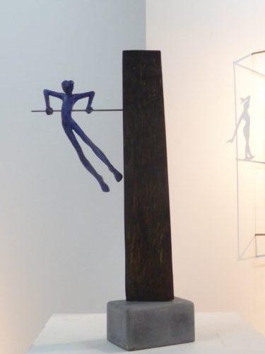 Acróbatas XIII. Figura de plomo18 cm, sobre madera de barrica antigua y base de piedra. 46 cm