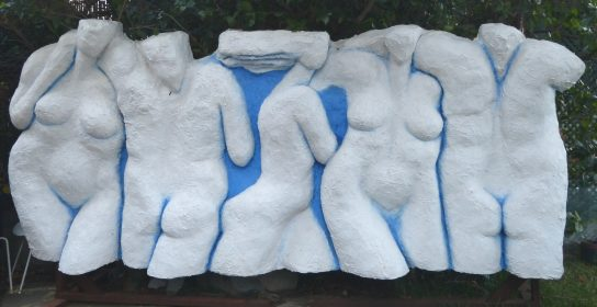 Desnudos. 2002 / Resina con fibra de vidrio. 360 x 155 cm.