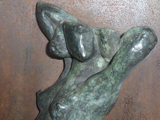 Torso en bronce de 28 cm, sobre plancha de acero cortén de 25 x 33 cm / Detalle.