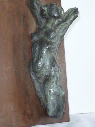 Torso en bronce de 28 cm, sobre plancha de acero cortén de 25 x 33 cm.