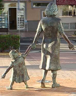 Vecindario. Madre con niño, 2003 / Bronce, Tamaño natural