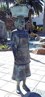 Sta. Lucía de Tirajana. La lavandera, 2005 / Bronce, Tamaño natural