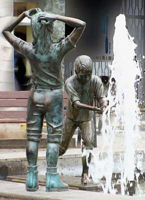 Las Palmas de Gran Canaria, plaza de Farray. Niños jugando, 2002 / Bronce, Tamaño natural