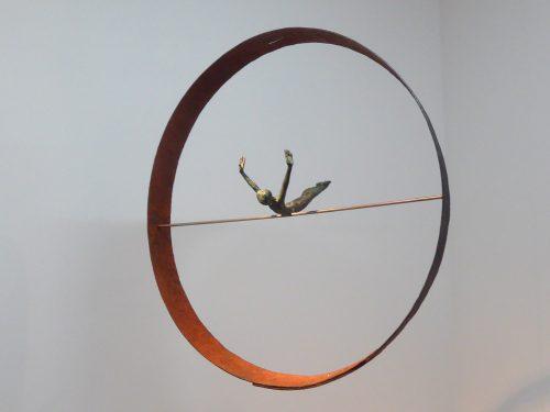 Acróbatas I. 2016. Figura de bronce en aro de hierro de barrica antigua. Aro, Ø 56 cm. Figura 21 cm