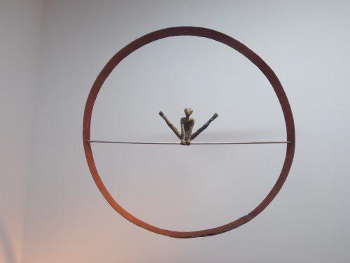 Acróbatas III. 2016. Figura de bronce en aro de hierro de barrica antigua. Aro, Ø 58 cm. Figura 10 x 16 cm