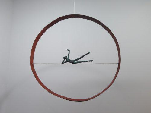Acróbatas II. 2016. Figura de bronce en aro de hierro de barrica antigua. Aro, Ø 58 cm. Figura 21 cm